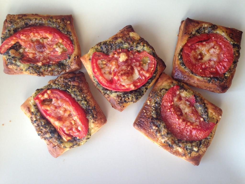 Закуска из слоеного теста с помидорами и песто