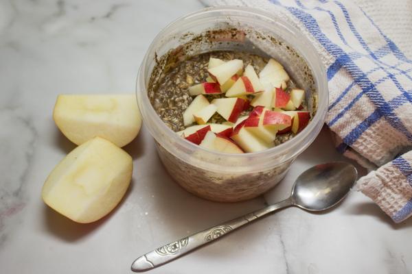 Ленивая овсянка на завтрак с яблоком и корицей