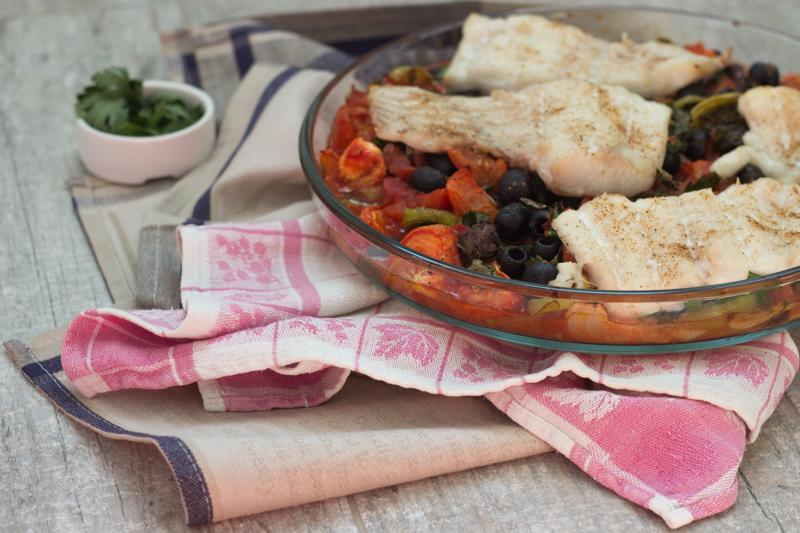 Запеченная белая рыба и томатный соус с маслинами в средиземноморском стиле