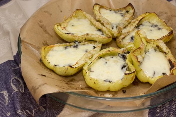 Перцы запеченные с сыром и базиликом