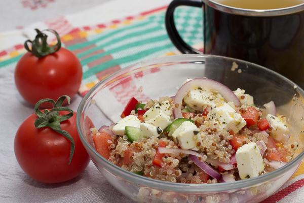 Салат из киноа, овощей и сыра фета