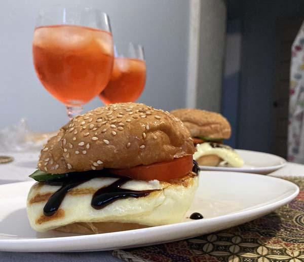 Вегетарианский бургер с жаренным сыром
